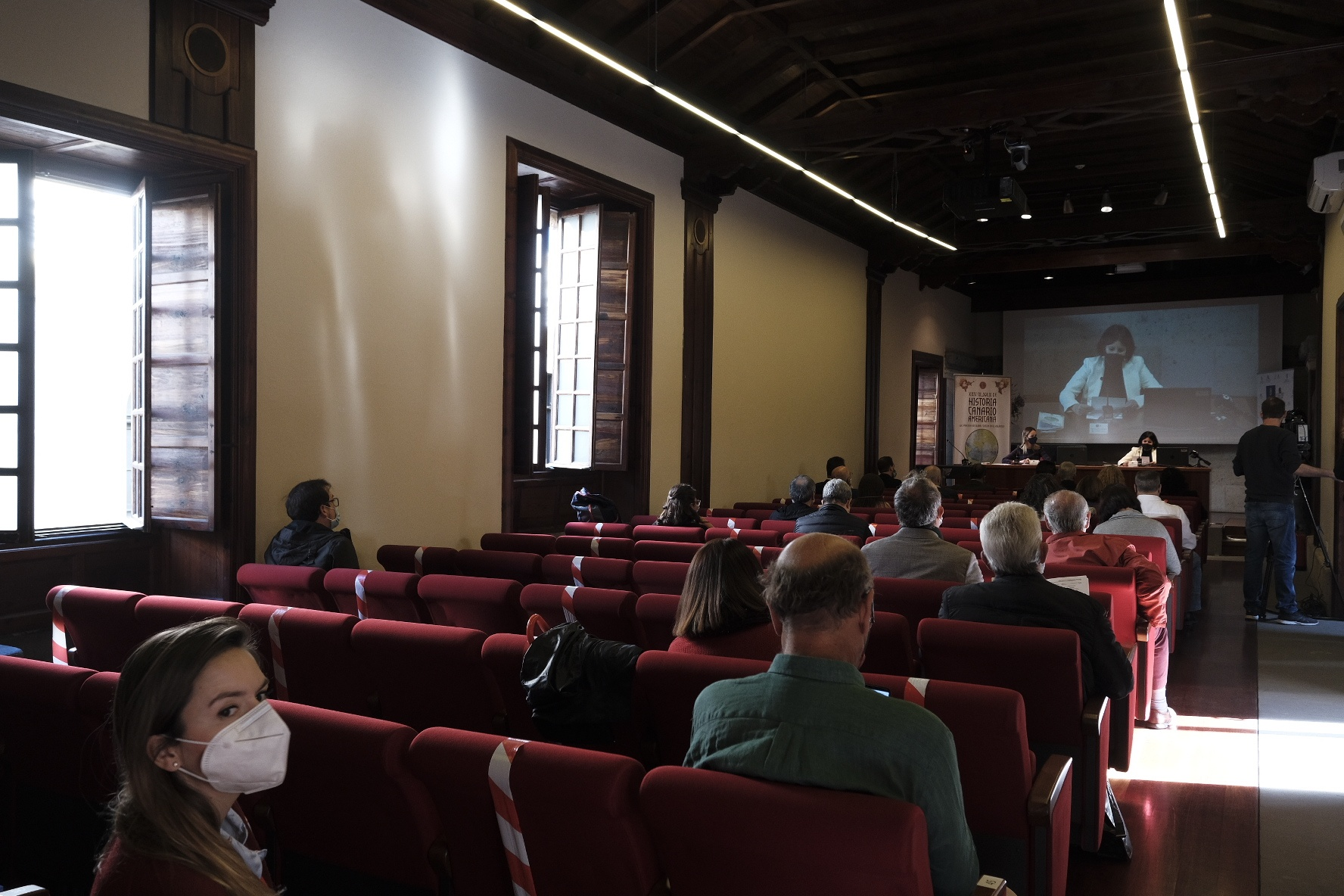 Asistentes a una de las conferencias en el salón de actos de la Casa de Colón
