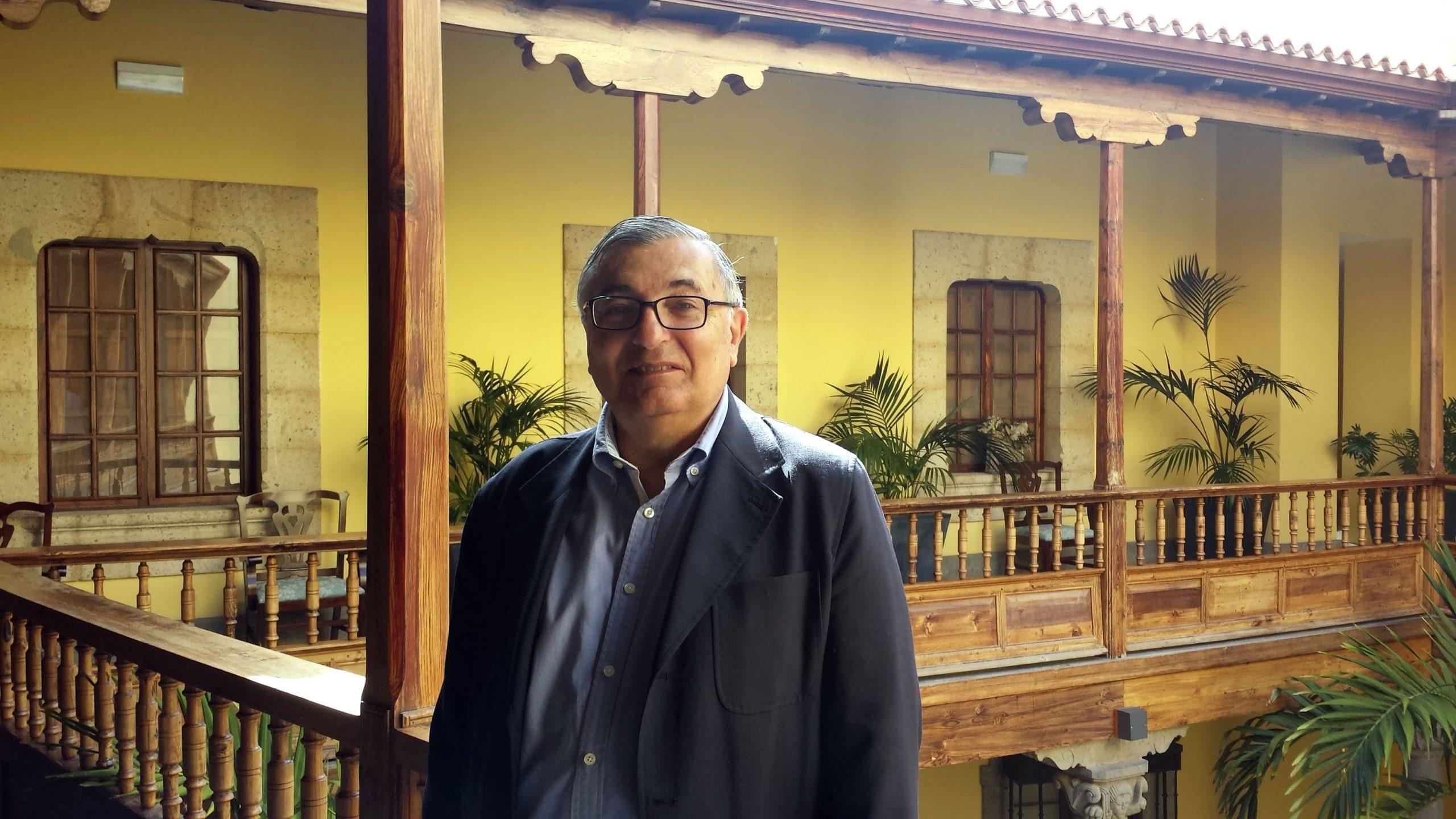 Carlos Martínez Shaw en su visita a la Casa de Colón