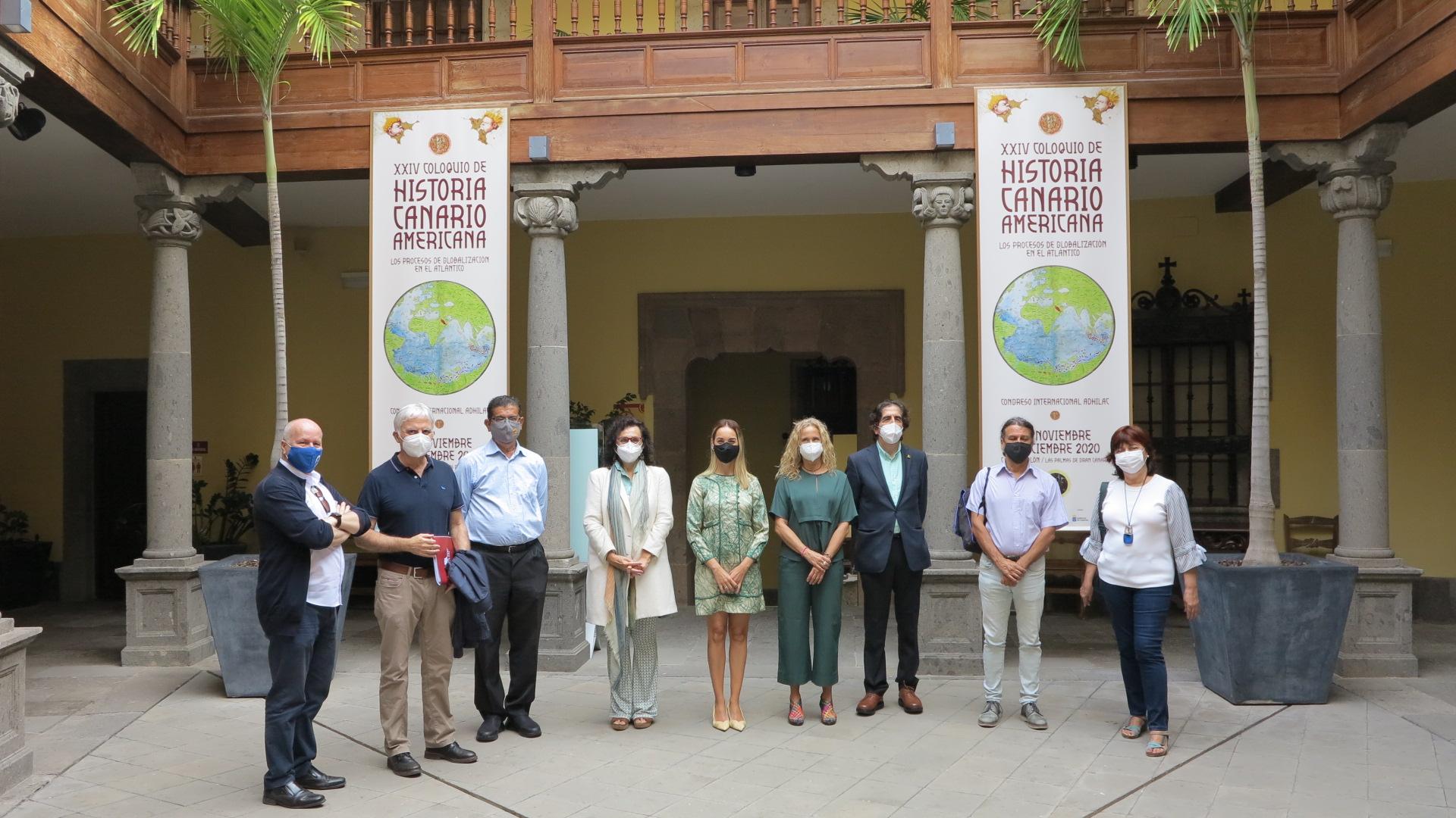 Foto de familia en el patio de la Casa de Colón del Comité Científico del Coloquio con la Consejera, Guacimara Medina
